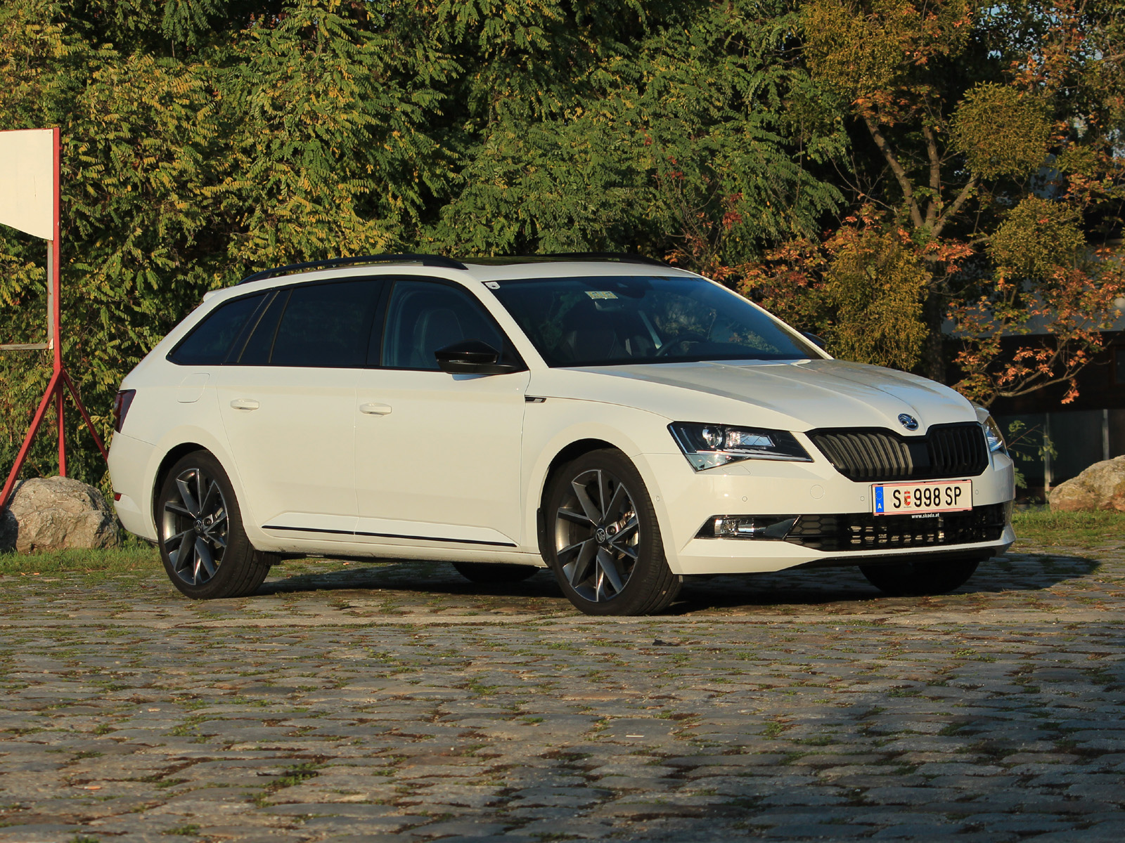 skoda superb combi sportline 220 ps tsi testbericht. Black Bedroom Furniture Sets. Home Design Ideas